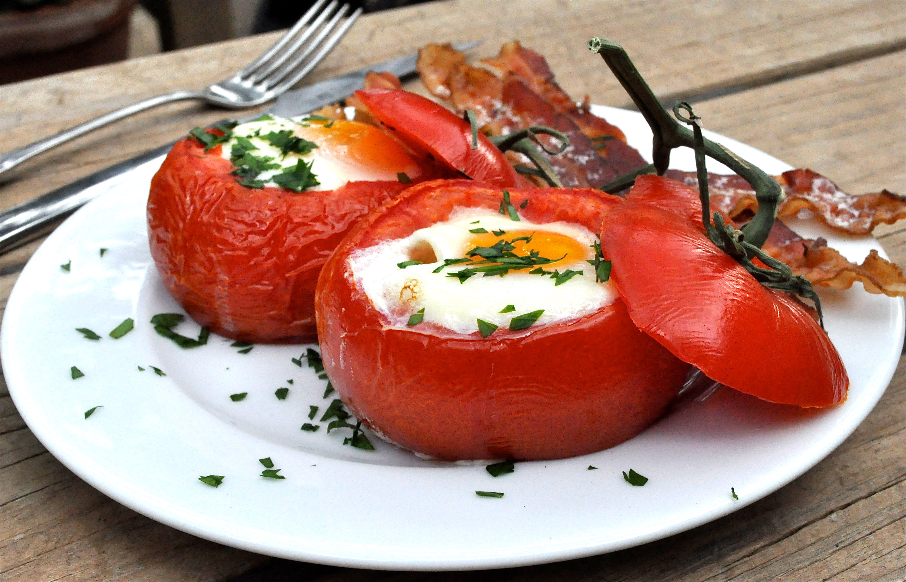 Baked Eggs in Tomato Cups | health and Beauty 4Ever